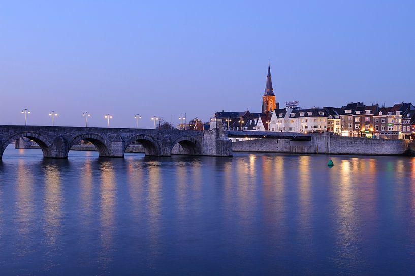 Sint Servaasbrug en Wyck op de Oostelijke Maasoever in Maastricht in de avond van Merijn van der Vliet