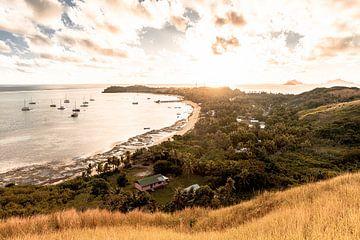 Zonsondergang overzicht foto op een eiland in Fiji. van Niels Rurenga