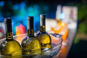 Drei Flaschen Wein in einem Eiskübel.
