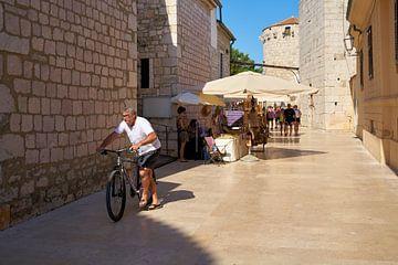 Petit marché avec des touristes dans la vieille ville de Krk