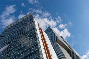 blik omhoog naar een spiegelende kantoorflat in Rotterdam