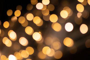 Sprankelende bokeh met feestverlichting als feestelijke achtergrond voor kerst of oud en nieuw van Christian Feldhaar