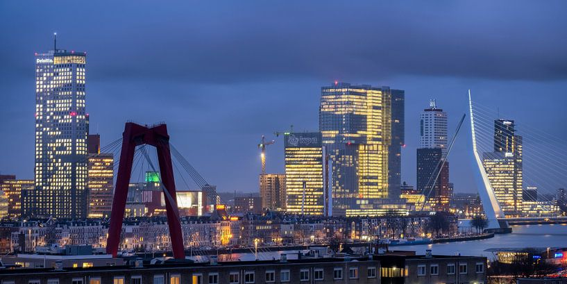 Avondfoto skyline Rotterdam 2018 van Mark De Rooij