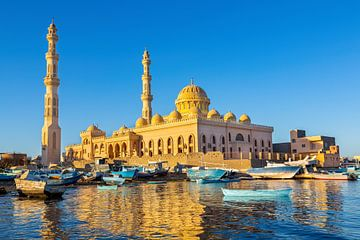 Goudkleurige moskee met bootjes op zee bij Hurghada in Egypte van Ben Schonewille