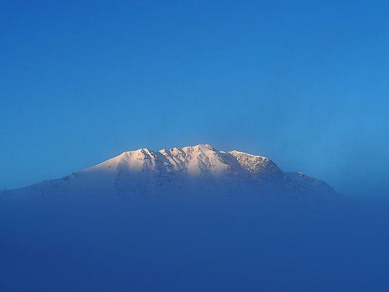 Besneeuwde berg in ochtendzon