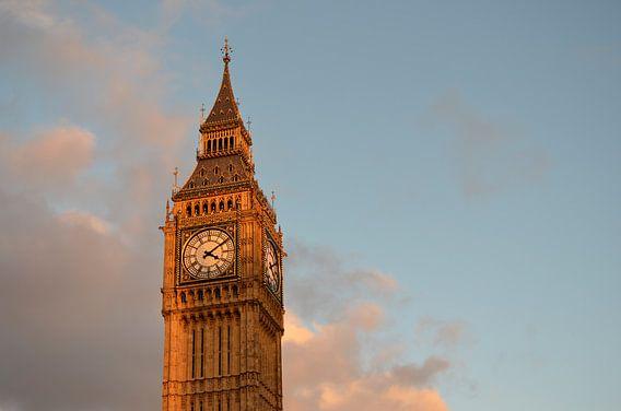 Big Ben in Londen met wat wolken