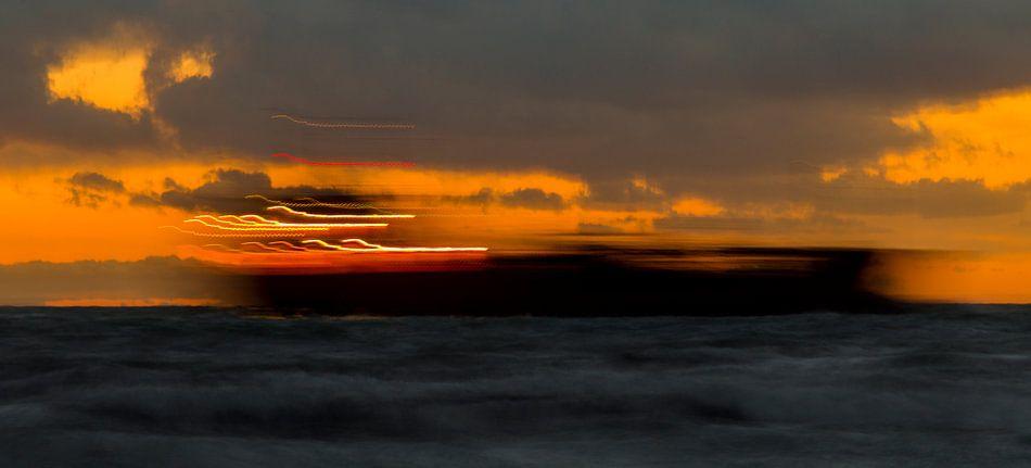 Schip doorkruist zonsondergang, Zoutelande, afbeelding zee