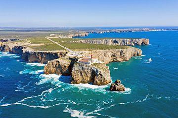Luftaufnahme des Leuchtturms Cabo Vicente in Sagres Portugal von Nisangha Masselink
