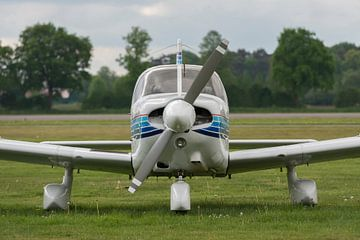Vooraanzicht vliegtuigje op een grasveld van Tonko Oosterink