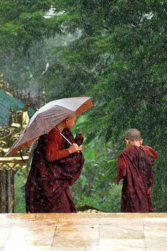 Monniken overvallen door regenbui van Affectfotografie