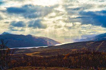 bergen landschap met water zon en regen met mooie wolken van Glenn Vlekke