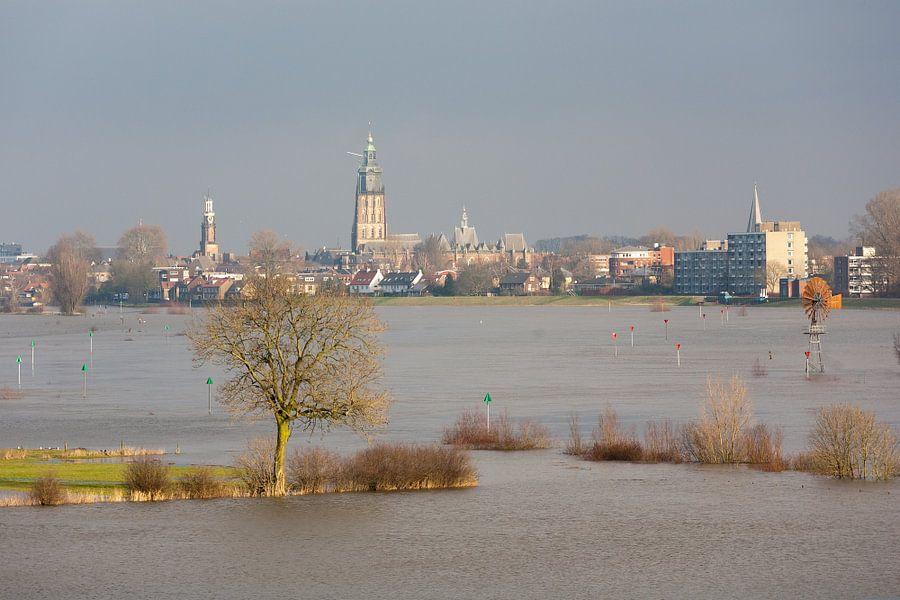 Zicht op Zutphen over ondergelopen uiterwaard