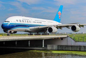 Chinese Airbus A380 over het water op Schiphol! van Robin Smeets
