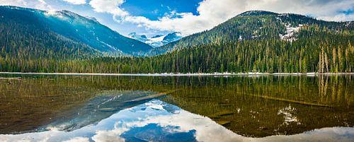 Spiegeling in bergmeer, Canada
