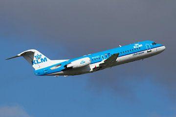 Een Fokker 70 van KLM Cityhopper stijgt op vanaf Schiphol van