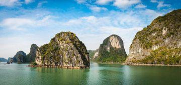 Panorama van de rotsen in Halong Bay, Vietnam van Rietje Bulthuis