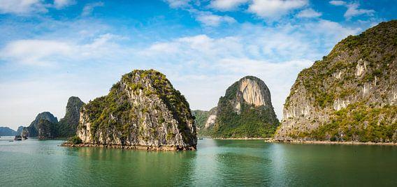 Panorama van de rotsen in Halong Bay, Vietnam