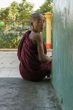 Boeddhistische monnik, Sagaing, Myanmar van Annemarie Arensen