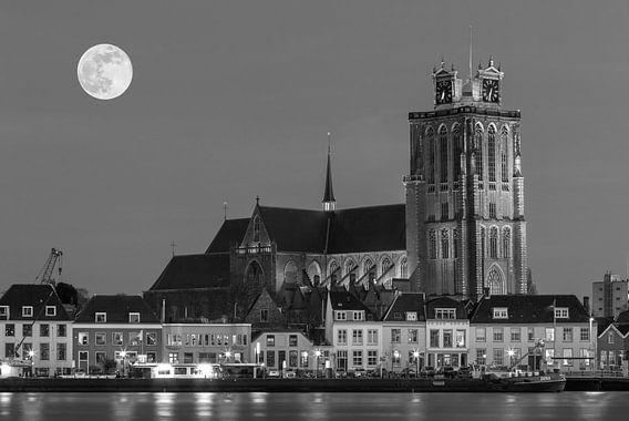 Skyline van Dordrecht bij nacht van Ilya Korzelius