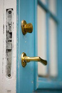Blauwe openstaande deur