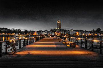Iemand kijkt naar Deventer tijdens het blauwe uur aan de IJssel in zwart wit van Bart Ros