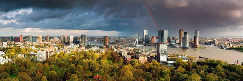 Panorama onweers bui boven Rotterdam van Anton de Zeeuw
