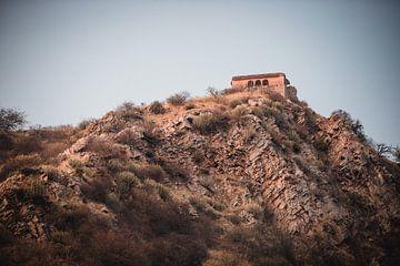 Kleines Haus auf dem Gipfel des Hügels | Reisefotografie von Lotte van Alderen