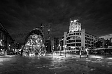 Der Philips-Leuchtturm und der Klecks in der Abenddämmerung von Mitchell van Eijk