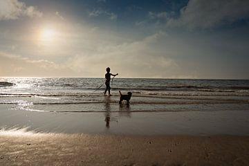 silhouet van een jongen en zijn puppy van Kim Groenendal