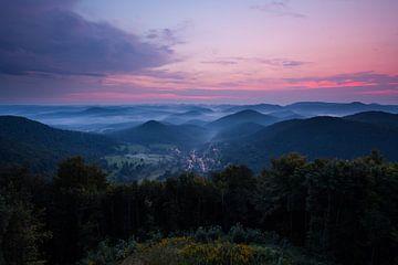 Wegelnburg Aussicht - Nebel im Pfälzer Wald - von Jiri Viehmann