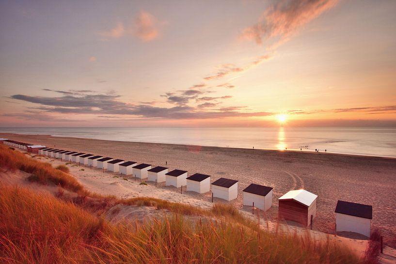 Strandhuisjes Texel bij zonsondergang van John Leeninga