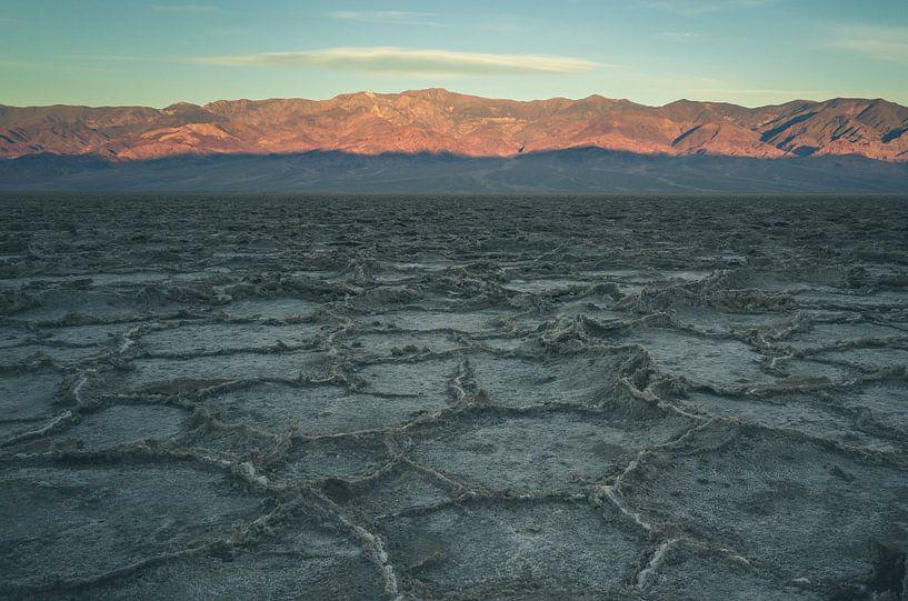 Badwater Basin at sunrise von Jasper van der Meij