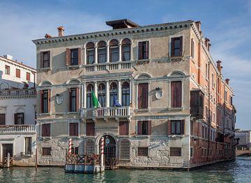 Alte Gebäude am Kanal in der Altstadt von Venedig, ItalienOld buildings by the canal in the old town von Joost Adriaanse