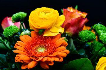 Bunt gemischter Blumenstrauß auf einem dunklen Hintergrund von David Esser