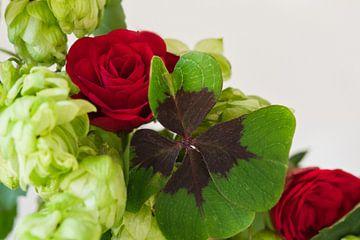 Vierblättriges Kleeblatt in einem Blumenstrauss aus Rosen und Hopfen von J..M de Jong-Jansen