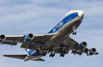 Boeing 747 AirBridgeCargo vlak voor landing op Schiphol van Robin Smeets