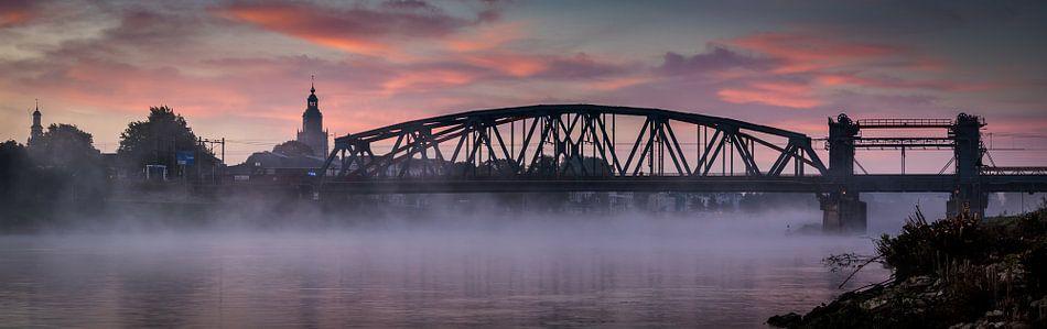 IJsselbrug Panorama in de mist van Francis de Beus