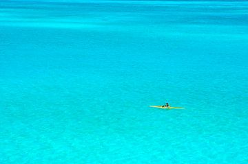 Man in een gele outrigger kano in de blauwe lagune van Bora Bora van iPics Photography