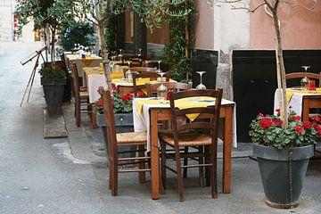 Tischdecken auf der Straße aus einem rustikalen Restaurant in der Altstadt der Hauptstadt La Spezia, von Maren Winter