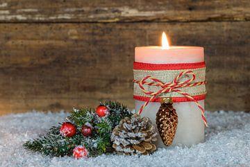 Advent en Kerstmis brandend kaarslicht met versiering op sneeuw van Alex Winter