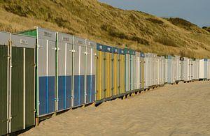 Strandhuisjes in scala aan kleuren op het strand