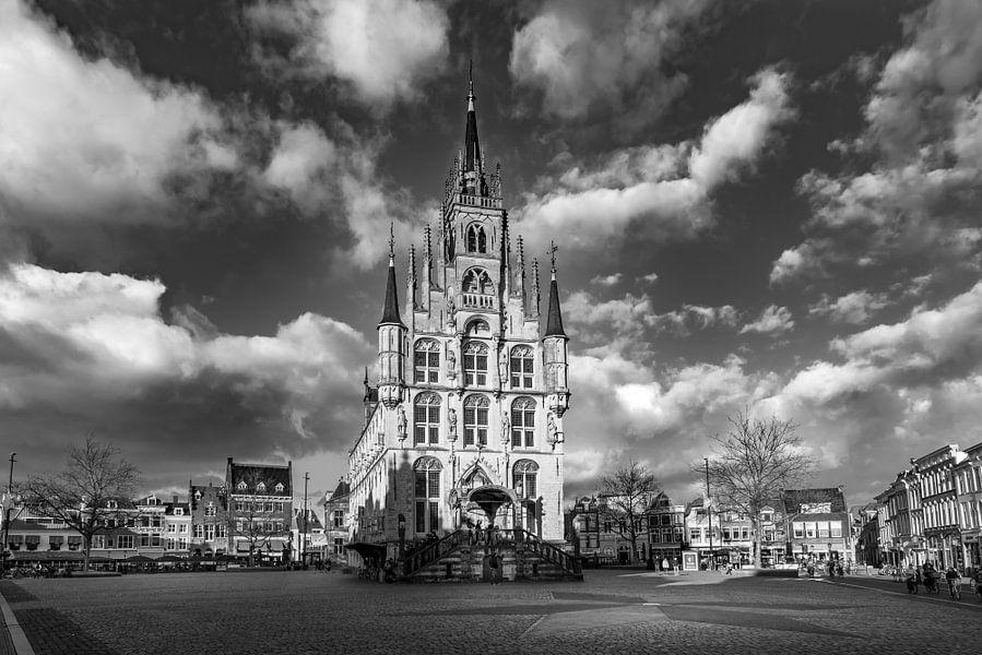 Stadhuis Gouda op de Markt in zwart-wit van Remco Gielen