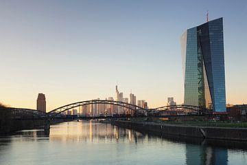 Europäischen Zentralbank in Frankfurt bei Sonnenuntergang von Markus Lange