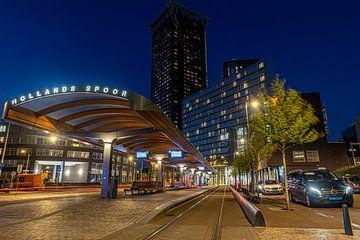 De tramhalte Hollands Spoor in den Haag tijdens het blauwe uur. van Claudio Duarte