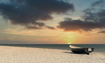 Bootje op het strand van Menno Schaefer