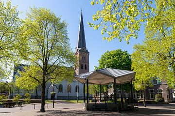 Brink met Pauluskerk en muziektent in Baarn van Studio Bosgra