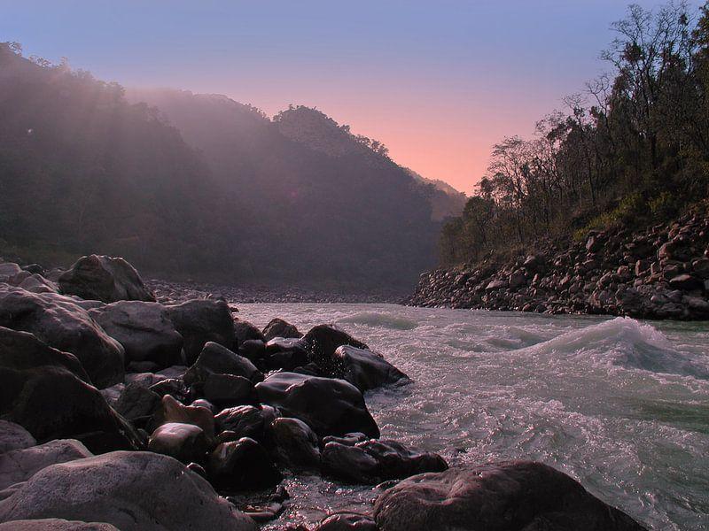 De rivier de Ganges met zonsondergang in India van nilaya van vliet