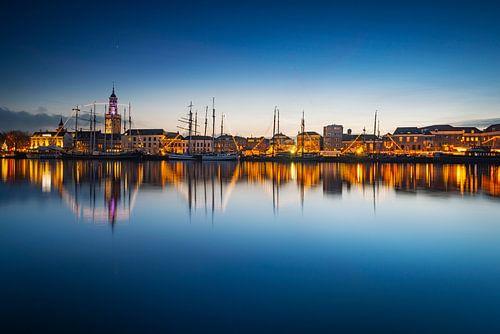 Kampen skyline aan de IJssel na zonsondergang