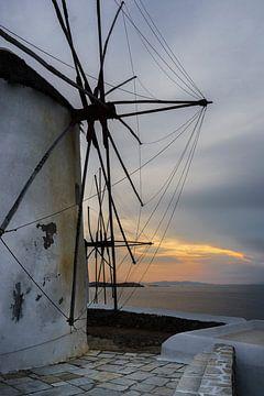 Sonnenuntergang an den berühmten Mühlen von Mykonos Stadt von Richard Mijnten