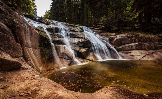 Wasserfall in den riesigen Bergen